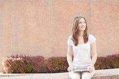 Ung tillfällig affärskvinna som använder minnestavlan på ett avbrott Fotografering för Bildbyråer