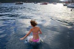 Ung tonårig flicka i bikini Arkivfoto