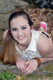 Ung tonårig flicka som utanför ligger royaltyfri bild