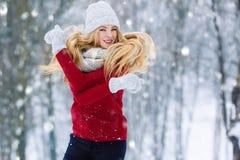 Ung tonårig flickastående för vinter Parkerar den glade modellen Girl som för skönhet skrattar och har gyckel i vinter härligt kv Royaltyfri Foto