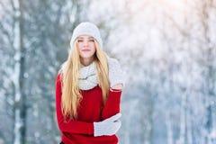 Ung tonårig flickastående för vinter Parkerar den glade modellen Girl som för skönhet skrattar och har gyckel i vinter härligt kv Arkivbild
