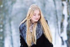 Ung tonårig flickastående för vinter Parkerar den glade modellen Girl som för skönhet skrattar och har gyckel i vinter härligt kv arkivfoto