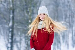 Ung tonårig flickastående för vinter Parkerar den glade modellen Girl som för skönhet skrattar och har gyckel i vinter härligt kv royaltyfria foton