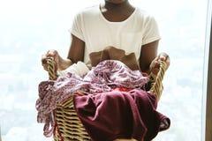 Ung tonårig hållande tvättkorg för flicka arkivbilder