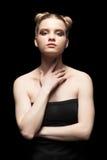 Ung tonårig kvinnlig stående för skönhetbottenlägetangent med dagmakeup på bla Arkivbilder