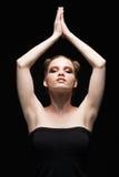 Ung tonårig kvinnlig stående för skönhetbottenlägetangent med dagmakeup på bla Royaltyfri Bild