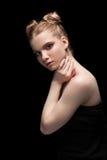 Ung tonårig kvinnlig stående för skönhetbottenlägetangent med dagmakeup på bla Royaltyfria Foton