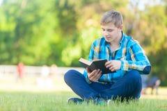 Ung tonårig pojke med anteckningsboken fotografering för bildbyråer