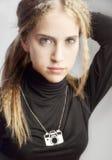 Ung tonåringflicka med kameran Fotografering för Bildbyråer