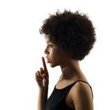 Ung tonåringflickakvinna som hyssjar iso för ståendeskuggakontur Royaltyfria Bilder