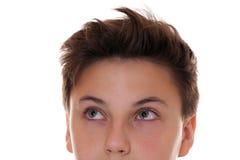 Ung tonåringpojke som ser upp Fotografering för Bildbyråer
