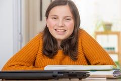Ung tonårs- flicka med en gul tröja royaltyfri bild