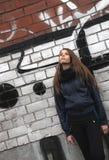 Ung tonårs- flicka nära en vägg Royaltyfri Fotografi