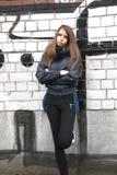 Ung tonårs- flicka nära en vägg Fotografering för Bildbyråer