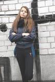 Ung tonårs- flicka nära en vägg Arkivfoton