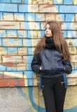 Ung tonårs- flicka nära en vägg Arkivfoto