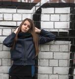 Ung tonårs- flicka nära en vägg Arkivbild