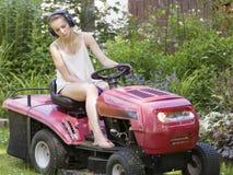 Ung tonårs- flicka som klipper gräsmattan Royaltyfri Foto