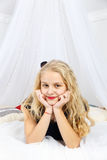 Ung tonårs- flicka som ligger i säng arkivfoto