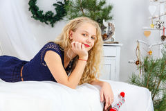 Ung tonårs- flicka som ligger på säng royaltyfria bilder