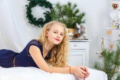 Ung tonårs- flicka som ligger på säng royaltyfri bild