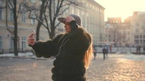 Ung tonårs- flicka som tar fotoet eller gör selfie arkivfilmer