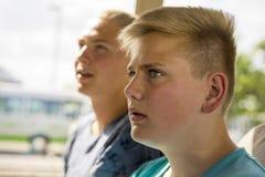 Ung tonårs- pojke som fast beslutsamt håller ögonen på något Arkivfoto