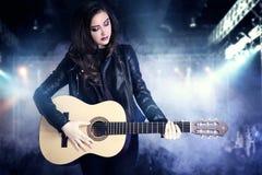Ung tonårs- flicka som spelar på gitarren Royaltyfri Bild