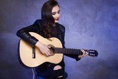 Ung tonårs- flicka som spelar på gitarren Royaltyfri Foto