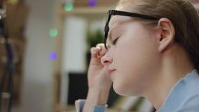 Ung trött student som skriver en kod i bärbar dator lager videofilmer