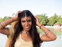 Ung traditionell indisk kvinna som har gyckel Arkivfoton