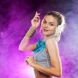 Ung trendig flicka i diskostil Lyssnande musik och tycka om retro stil royaltyfri foto