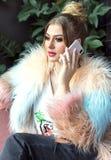 Ung trendig kvinna som talar p? mobiltelefonen arkivfoton