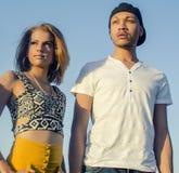 Ung trendig man och kvinna royaltyfri fotografi