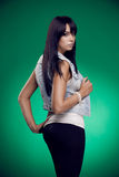Ung trevlig kvinna på grön bakgrund Royaltyfria Foton