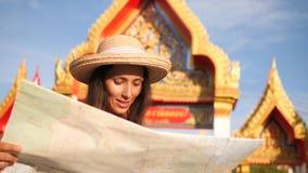Ung turist för blandat lopp i den Straw Hat Woman Holding City översikten och undersökande thailändsk buddistisk tempel phuket th lager videofilmer