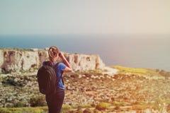 Ung turist för loppbegrepp som fotvandrar i berg Arkivbild