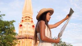 Ung turist- flicka för blandat lopp i Straw Hat Holding Map och undersökande traditionell thailändsk buddistisk tempel thailand 4 stock video