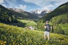 Ung turist i berg Fotografering för Bildbyråer