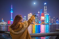 Ung turist- kvinna som pekar ett finger på bunden i shanghai, porslin Arkivbilder