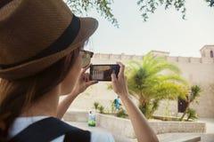 Ung turist- kvinna som tar foto av lejon i Deira Royaltyfria Bilder