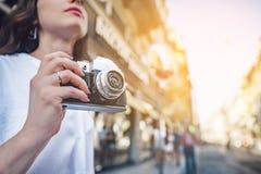 Ung turist med en retro kamera arkivbild