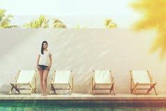 Ung turist- near poolside i en semesterort Royaltyfri Fotografi