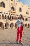 Ung turist p? piazza San Marco arkivfoton