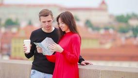 Ung turist- parresande på ferier, i Europa att le som är lyckligt Caucasian familj med stadsöversikten i sökande av lager videofilmer