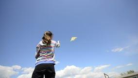 Ung unge som flyger en drake arkivfilmer