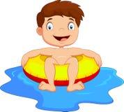 Ung unge som har gyckel i simbassäng Arkivfoton