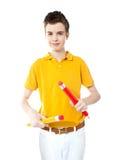 Ung unge som rymmer två stora färgrika blyertspennor Royaltyfri Bild