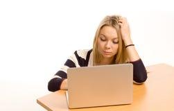 Ung universitetardeltagare som använder en bärbar dator royaltyfria foton