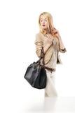 Ung upphetsad kvinna som ser shoppafönstret Royaltyfri Bild
